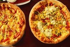 Italienische Pizza auf hölzerner Tabelle mit Bestandteilen Lizenzfreie Stockbilder