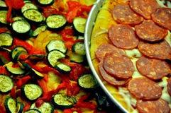 Italienische Pizza in den runden Tellersegmenten Stockbild
