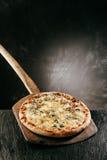 Italienische Pizza des Käse-vier auf einem Restaurantmenü Lizenzfreie Stockfotos