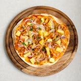 Italienische Pizza hawaiisches Huhn-BBQ auf hölzernem Teller Stockfotografie