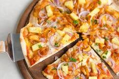 Italienische Pizza hawaiisches Huhn-BBQ auf hölzernem Teller Lizenzfreie Stockfotografie