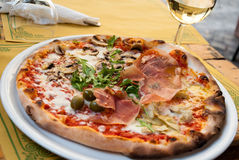 Italienische Pizza im Straßencafé Stockbilder