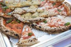 Italienische Pizza mit chees und Oliven auf einer Tabelle Lizenzfreie Stockbilder