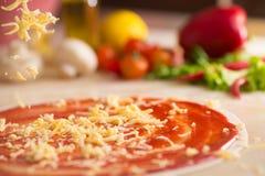 Italienische Pizza mit dem Käsefallen. Stockbilder