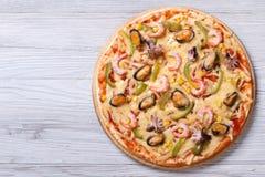 Italienische Pizza mit Draufsicht der Meeresfrüchtenahaufnahme Stockfotos