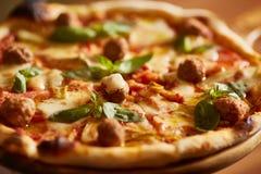 Italienische Pizza mit Fleischklöschen Stockbilder