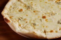 Italienische Pizza mit Käse Stockfotografie