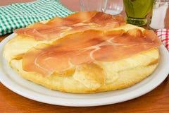 Italienische Pizza mit Schinken und geraucht Stockfotos
