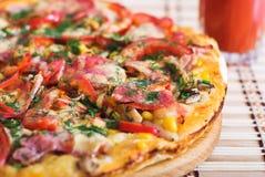 Italienische Pizza und Glas Tomatesaft Stockbild