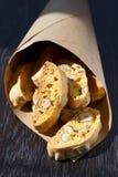 Italienische Plätzchen - biscotti in einer Papiertüte Stockfotos
