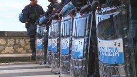 Italienische Polizei in der Linie während des G7 in Taormina Sizilien stock footage