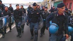 Italienische Polizei geht in Linie während des G7 in Taormina Sizilien stock video footage