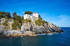 Italienische Riviera-Klippen lizenzfreie stockfotos