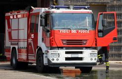 Italienische rote Löschfahrzeuge mit den blauen Sirenen bereiten für Notfall vor Stockbilder