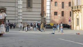 Italienische Schüler, die Fußball im städtischen Zusammenhang spielen Stockbilder