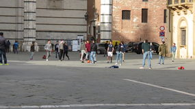 Italienische Schüler, die Fußball im städtischen Zusammenhang spielen Lizenzfreies Stockbild