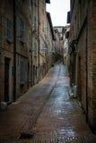Italienische schmale Gasse, Urbino stockfoto