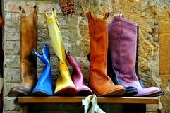 Italienische Schuhe auf Verkauf in Montepulciano stockbilder