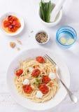 Italienische Spaghettiteigwaren mit gebackenen Kirschtomaten, Mozzarella und Frühlingszwiebeln Lizenzfreies Stockfoto
