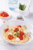 Italienische Spaghettiteigwaren mit gebackenen Kirschtomaten, Mozzarella und Frühlingszwiebeln Lizenzfreies Stockbild