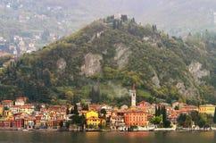 Italienische Stadt auf dem Fluss stockfoto