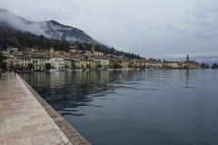Italienische Stadt auf dem Seeufer Stockfotos