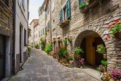 Italienische Straße in einer kleinen provinziellen Stadt von Toskanerem Stockbild