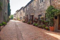 Italienische Straße im alten Dorf Pitigliano Stockbild