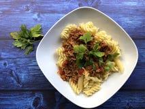 Italienische Teigwaren Asciutta Fusilli mit Soße Bewohner von Bolognese stockfoto