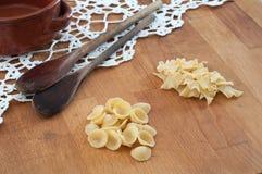 Italienische Teigwaren auf dem Holztisch Stockfotografie