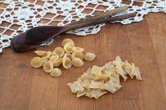 Italienische Teigwaren auf dem Holztisch Lizenzfreies Stockfoto