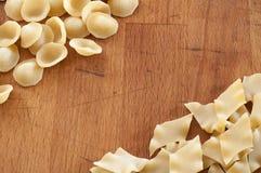 Italienische Teigwaren auf dem Holztisch Stockbilder
