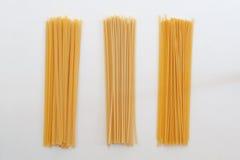 Italienische Teigwaren auf der weißen Tabelle Lizenzfreies Stockfoto