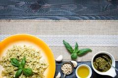 Italienische Teigwaren mit der Pestosoße gemacht mit Basilikumblatt Lizenzfreie Stockbilder