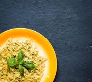Italienische Teigwaren mit der Pestosoße gemacht mit Basilikumblatt Lizenzfreie Stockfotos