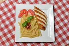 Italienische Teigwaren mit Hühnerfleisch und frischer Tomate Lizenzfreies Stockfoto