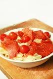 Italienische Teigwaren mit Kirschtomaten und -salami Lizenzfreies Stockfoto