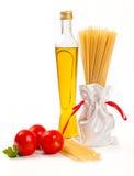 Italienische Teigwaren mit Olivenöl, Grün und Tomate Stockfoto