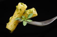 Italienische Teigwaren mit Pesto Stockbild