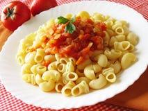 Italienische Teigwaren, mit Tomate und vegatables sauce Lizenzfreies Stockbild