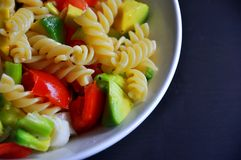 Italienische Teigwaren mit Tomaten und Avocado Stockfotos