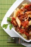 Italienische Teigwaren mit Tomatensauce und Parmesankäse Lizenzfreies Stockfoto