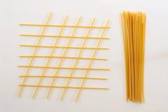 Italienische Teigwaren, Spaghettis auf der weißen Tabelle Stockbilder