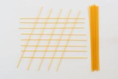 Italienische Teigwaren, Spaghettis auf der weißen Tabelle Stockbild