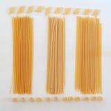 Italienische Teigwaren, Spaghettis auf der weißen Tabelle Lizenzfreies Stockfoto