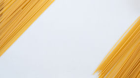 Italienische Teigwaren, Spaghettis auf der weißen Tabelle Lizenzfreies Stockbild