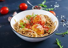 Italienische Teigwaren Spaghettis mit Fleischklöschen und Parmesankäseparmesankäse stockfotos