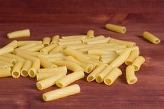 Italienische Teigwaren Trockener Teigwarenhintergrund Beschneidungspfad eingeschlossen Diät- und Lebensmittelbetrug Lizenzfreie Stockfotografie