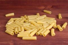 Italienische Teigwaren Trockener Teigwarenhintergrund Beschneidungspfad eingeschlossen Diät- und Lebensmittelbetrug Lizenzfreie Stockfotos