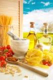 Italienische Teigwaren u. Pesto Küche lizenzfreies stockfoto